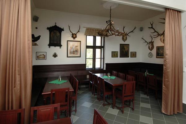 老猎屋餐馆的内部是一个很大的餐厅,里面有一个销售生鲜啤酒和其他酒水的吧台,墙上有两个壁炉,共有11张餐桌、69个座位,还有一个用帷幕与大厅的其他部分隔开的包间,包间里有3张餐桌、23个座位。整个餐馆的内部共有客座92个。此外,餐馆还可以按照客户的预约在包间里添一张能坐下约20人的大餐桌。餐馆外面还有两处小庭园,其中一处位于餐馆正门前,铺有木地板,有56个座位;另一处位于餐馆侧面,有一个配有烧烤架可供户外烧烤的排挡,有座位36个。因而两处户外小庭园共有客座约90个。